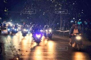 街の通りの人々 のグループは夜のトラフィックでいっぱいの写真・画像素材[1697628]