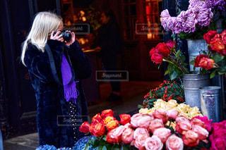 花の前に立っている女性の写真・画像素材[1698108]