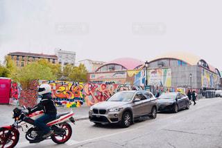 駐車場でバイクに乗る人の写真・画像素材[1700968]