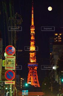 夜東京タワー通り上の標識の写真・画像素材[1710249]