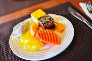 フォークで食べ物の皿の写真・画像素材[1764330]