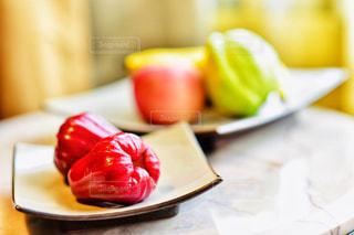 テーブルの上に食べ物のプレートの写真・画像素材[1764337]