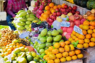さまざまな果物や野菜のフルーツ スタンドで展示の写真・画像素材[1764350]