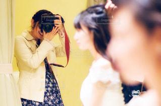 カメラにポーズ鏡の前に立っている人の写真・画像素材[1828758]
