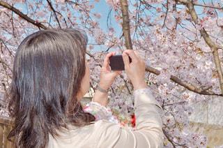 selfie を取っている人の写真・画像素材[1832288]