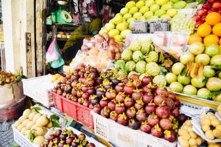 様々 な新鮮な果物や野菜の店で展示の写真・画像素材[1855746]