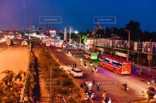 夜のトラフィックでいっぱい街の通りのビューの写真・画像素材[1856420]