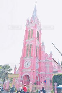 街にそびえる大きな時計塔の写真・画像素材[1856584]