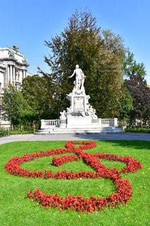 銅像の前に広い芝生の写真・画像素材[1856768]