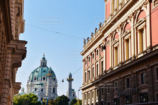 大きなレンガの通りの側に時計と建物の写真・画像素材[1856806]