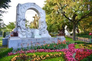 花の庭の像の写真・画像素材[1856811]