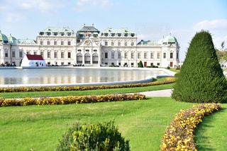 草の上に城にベルヴェデーレ、バック グラウンドでウィーンとフィールドが覆われています。の写真・画像素材[1856812]