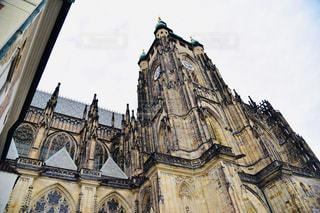 教会建物の側に時計との写真・画像素材[1856841]