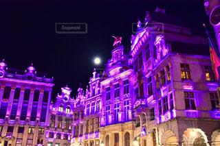 建物の前に紫色の光が夜ライトアップの写真・画像素材[1856917]