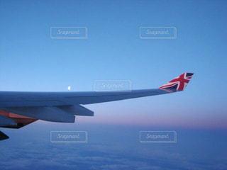 青い空を飛ぶ大型旅客機の写真・画像素材[1860517]