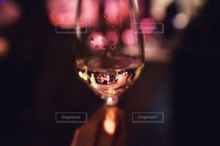 近くにワインのグラスを持っている人のの写真・画像素材[1874910]