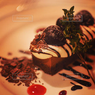 チョコレート ケーキをのせた白プレートの写真・画像素材[1882354]