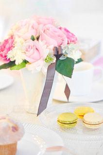 テーブルの上に座るケーキの写真・画像素材[2170784]