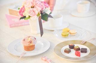 テーブルの上の皿にある一切れのケーキの写真・画像素材[2171362]