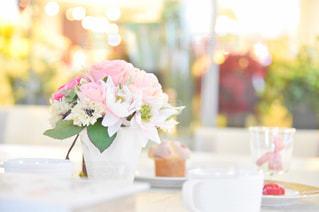テーブルの上の花の花瓶の写真・画像素材[2171368]