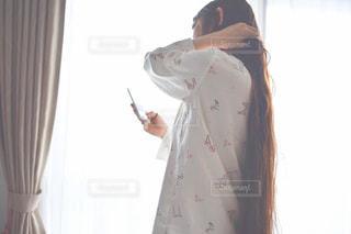 カメラを装って鏡の前に立っている人の写真・画像素材[2211988]