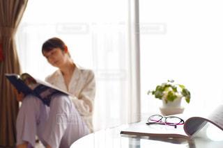 窓の前に立っている人の写真・画像素材[2212001]