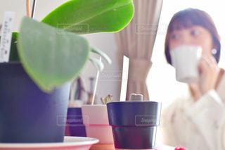 テーブルの上のコーヒー1杯の写真・画像素材[2212032]