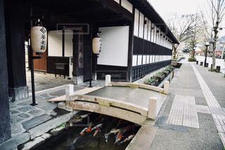 建物の前のベンチの写真・画像素材[2276624]