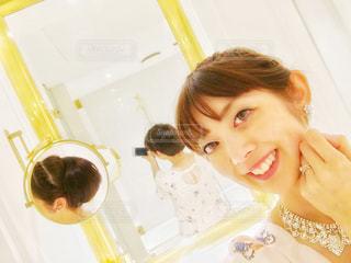 カメラに向かってポーズをとる鏡の前に立つ女性の写真・画像素材[2278935]