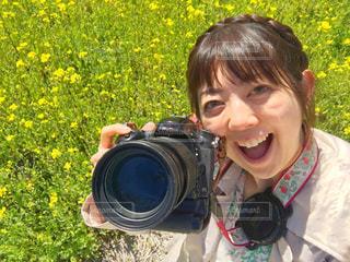 カメラに微笑む幼い子供の写真・画像素材[2278944]