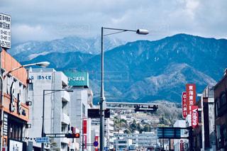 山を背景にした賑やかな街路のクローズアップの写真・画像素材[2280074]