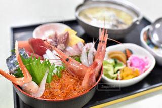 皿の上の食べ物のボウルの写真・画像素材[2280096]