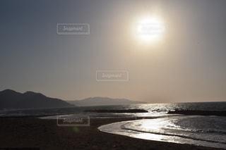 水域の隣の砂浜の写真・画像素材[2280097]