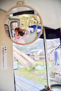 鏡の前に立つ人がカメラに向かってポーズをとるの写真・画像素材[2280168]