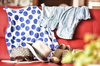ソファで寝ている人の写真・画像素材[2280360]