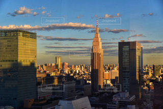 空,建物,ビル,屋外,東京,雲,晴れ,青空,夕焼け,夕暮れ,散歩,夕方,影,タワー,都会,高層ビル,新宿,レジャー,お散歩,ライフスタイル,おでかけ,クラウド,都市の景観