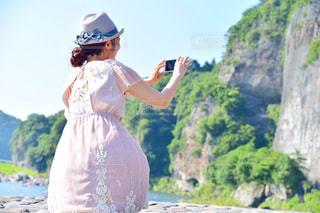 山の前に立っている人の写真・画像素材[2291130]
