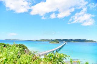 水域の真ん中にある島の写真・画像素材[2291131]