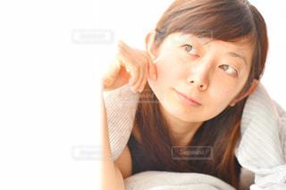 カメラを見ている女性の写真・画像素材[2292990]