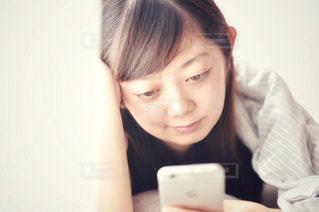 リモコンを持つ女性の写真・画像素材[2299810]