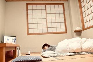 ベッドに横たわる人の写真・画像素材[2299814]