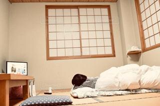 窓の横のベッドのスクリーンショットの写真・画像素材[2299819]