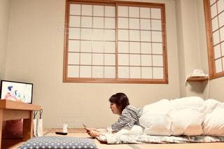 ベッドに座っている人の写真・画像素材[2299822]