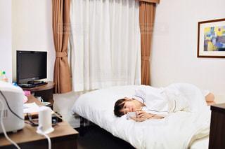 ベッドルーム(ベッド1台、机付)の写真・画像素材[2299832]