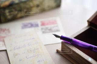 テーブルの上の本の写真・画像素材[2299860]