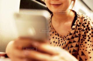 カメラに向かって微笑んでいる女性の写真・画像素材[2323899]