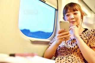 携帯電話を見ている女性の写真・画像素材[2323936]