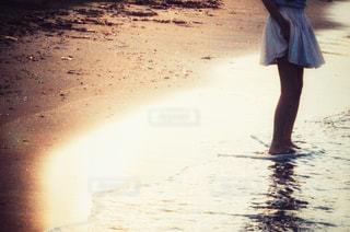 浜辺を歩いている女性の写真・画像素材[2328568]
