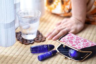 テーブルの上でコーヒーを一杯飲むの写真・画像素材[2335324]