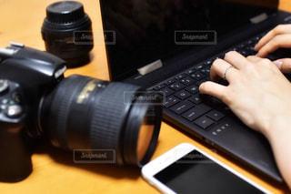 キーボードの上に座っているラップトップコンピュータの写真・画像素材[2341918]